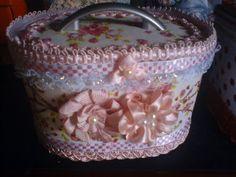 Fika a Dika - Por um Mundo Melhor: Potes de Sorvete: Ideias Home Crafts, Diy And Crafts, Arts And Crafts, Cardboard Crafts, Fabric Crafts, Ice Cream Containers, Plastic Bottle Crafts, Decoupage Box, Antique Boxes