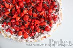 Pavlova med rabarberskum og bær | Mor Med Meget Mere