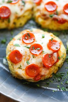 Mini Cauliflower Pizzas - Damn Delicious Pizza Recipes, Low Carb Recipes, Cooking Recipes, Healthy Recipes, Healthy Foods, Healthy Dinners, Healthy Options, Delicious Recipes, Mini Pizzas