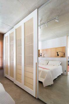 A cliente do escritório Studio Conceptus arquitetura & boutique é prática e resolvida, e buscava nesse apartamento uma vida descomplicada, funcional, próximo ao seu trabalho (no centro), onde ela pudesse abrir mão do carro e