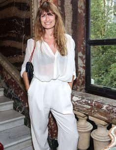 As mulheres francesas tem fama de serem super estilosas. Quer saber porque? Confira esse look de Caroline de Maigret, all white com calça soltinha e camisa semi transparente brancas.