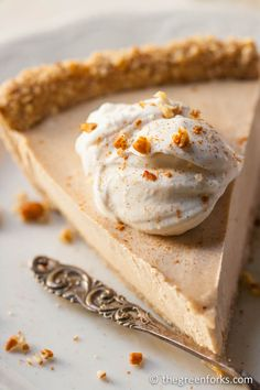 Maple-Cider Cream Pie with Pecan-Oat Crust. Naturally sweetened with apple cider and maple syrup only! @ TheGreenForks.com #vegan #raw #nobake