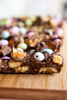 A delicious Easter treat crammed with marshmallow eggs, speckled eggs, shortbread cookies and loads of chocolate. Super-easy to make and even easier to eat 😃 Marshmallow Easter Egg, White Chocolate Rocky Road, Pastel Candy, Speckled Eggs, Golden Syrup, Baking With Kids, Baking Tins, Edible Gifts, Easter Treats