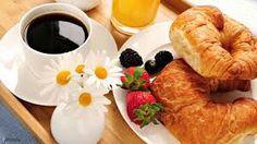 café croissant  le petit-déjeuner du matin