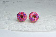 Boucles d'oreilles puces donuts en fimo, framboise et bonbons multicolores, gougeons donuts, donuts à la Homer Simpson, framboise et bonbons
