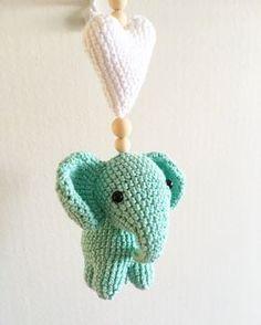 virkade barnvagnshängen - i lager just nu Crochet Bebe, Crochet For Kids, Free Crochet, Knit Crochet, Crochet Books, Crochet Crafts, Crochet Projects, Baby Barn, Crochet Mobile
