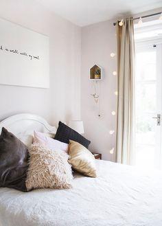 Renueva tu espacio más importante con detalles que lo hagan más acogedor: cojines, luces, flores, cuadros. Seguro que más de una de estas imágenes te sirve como referencia.