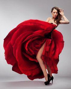 Una mujer flor o una flor mujer... Que movimiento!... Gran foto.