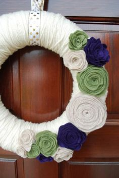 Another yarn wreath w/ felt flowers sample. Felt Wreath, Wreath Crafts, Diy Wreath, Yarn Wreaths, Tulle Wreath, White Wreath, Floral Wreaths, Burlap Wreaths, Wreath Making
