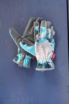 Rissige und raue Gartenhände ade! Mit den robusten und wunderschön gestalteten Handschuhen von Burgon & Ball werdet ihr eure Hände glücklich machen! Die blauen Handschuhe ziert ein edler Chrysanthemen-Print. Doch nicht nur von außen können sich die Gartenhandschuhe sehen lassen! Der weiche Frotteeinsatz macht das Gärtnern zu einem wahren Vergnügen für eure Hände! Ausreichend Schutz bieten noch dazu die Verstärkungen an den Handinnenflächen und Fingerk...