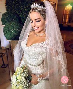 Aquela noiva linda de fazer qualquer um suspirar de emoção. Perfeita @claudialeitemachado. ❤ . Beleza da noiva: @iranaragao  Fotografia: @ftroberiogadelha  Filmagem: @conexaostudio  Acessórios: @missnatacessorios  Cerimonial : @sala_morena . #CentraldaNoiva #Noiva #Noivas #MakeUp #Sonho #Casamento #Detalhes #Beleza #VestidodeNoiva #Buquê #Amor #Make