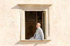 John Malkovich si affaccia alla finestra del primo piano di Casa Menotti John Malkovich, Portraits, Home, Head Shots, Portrait Paintings, Portrait Photography