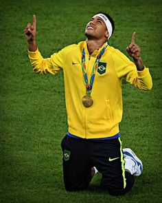 Brazil's forward Neymar celebrates after the Rio 2016 Olympic Games men's… Brazil Football Team, Neymar Football, Football Is Life, Neymar Jr, Favelas Brazil, Rio 2016 Pictures, Soccer Stadium, Rio Olympics 2016, Best Player