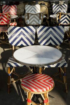 La chaise Drucker, reine des terrasses parisiennes Restaurant Bistro, Chaise Restaurant, Bar, French Bistro Chairs, Futuristic Interior, French Cafe, Paris Cafe, Rattan Furniture, Houses