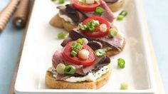Roast beef and cream cheese spread make basic bruschetta more hearty and flavorful. Yummy Appetizers, Appetizers For Party, Appetizer Dips, Appetizer Recipes, Bruschetta Bar, Toast Toppers, Bruchetta Recipe, Braised Lamb Shanks, Party Dishes