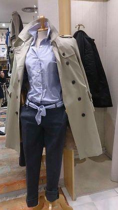 Trench Barbour mujer línea Range Rover, camisa colección Carmelo Abadias de fil a fil azul y pantalón chino Brooksfield.  Estilo Carmelo Abadias.