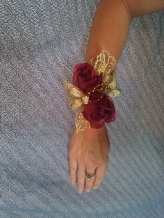 Red Corsages, Gold Corsage, Prom Corsage And Boutonniere, Flower Corsage, Corsage Wedding, Wrist Corsage, Wedding Bouquet, Crosage Prom, Homecoming Flowers