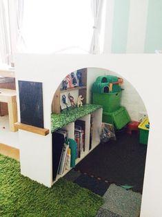 子どもは隅っこでゆったりできる場所が好きでそういった場所で一人で静かに絵本を読む子どももいるので絵本をやおもちゃも収納できるし、子どもも楽しむことができるしとてもいいアイデアだと思います。 Color Box, Book Nooks, Kidsroom, Kids Playing, Activities For Kids, Toddler Bed, Kids Rugs, Storage, Interior
