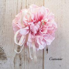 アーティフィシャルフラワー(上質な造花)とパールとクリスタル、リボンを使った上品なコサージュです。カラー:ピンク(写真一枚目)素材:ダリア(アーティフィシャル)パールクリスタルリボン       台付きダブルピン クリップ付き大きさ:約10cm(花部分のみ)春ハンドメイド2017コサージュのほか、クリップで髪飾りとして、バッグ等に付けていただいても可愛いです。結婚式、入学式、入園式、卒業式、卒園式、謝恩会、パーティー等々ドレスやスーツ、お着物などに簡易ラッピングにてお送りいたします。Instagram:https://www.instagram.com/couronne_87