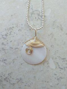 """Pendentif nacre naturelle , cérémonie, mariage, fil aluminium champagne """"petite perle de rosée"""" : Collier par philomene-et-patafil"""