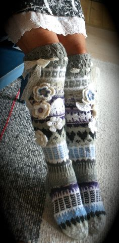 anelma kervinen, finland, villasukat Crochet Leg Warmers, Knit Mittens, Crochet Slippers, Knitting Socks, Arm Warmers, Hand Knitting, Knitting Patterns, Crochet Patterns, Crochet Quilt