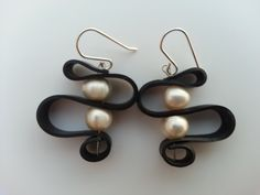 Earring made of sterling silver with recycled rubber and pearls