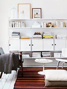 Zeigen Sie nur, was Sie haben! Hier machen Bücher, Zeitschriften und Deko-Objekte in einer Regalkombi gleich die ganze Wand zum Hingucker