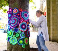 Yarn bomb artist Emma Leith # yarn bombing Ten tips for a successful yarn bomb. Crochet Tree, Crochet Yarn, Knitting Yarn, Yarn Bombing Trees, Guerilla Knitting, Crochet Amigurumi, Amazing Street Art, Environmental Art, Tree Art