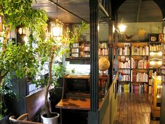 アール座読書館は読書喫茶室です。 都会の中に、木々に囲まれてお茶を飲みながら本が読める静かな空間があってもいいなと思ったのが、開店のきっかけです。 大変恐縮なのですが、声高なお声、長いお話はご遠慮いただいております。 蔵書は 文学(短編集、詩集) 写真集 画集・美術書 絵本 自然科学 思想 哲学 心理学 文学系漫画 旅行書等、幅広く取り揃えております。 本の持ち込みもOKです。(公式サイトより) 公式サイト http://r-books.jugem.jp/