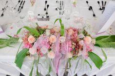 Das Blumengesteck als Eyecachter am Brauttisch.  Das leuchtende Grün und die rosa-lachsfarbenen Blumen einfach schön. Foto: Ramona Müller