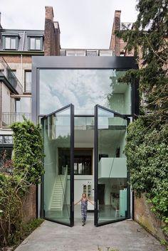 Town House in Antwerp, Belgium by Sculp[IT] Architects | 📷 Luc #design Dezeen, Antwerp, House Extensions, Townhouse, Windows, Doors, Architecture, Glass, Outdoor Decor