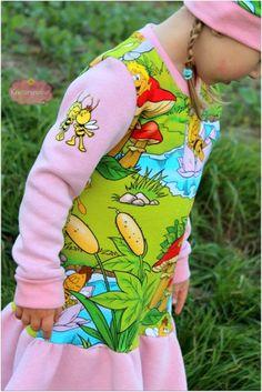 Juhu, jetzt gibt es unsere kleine Biene Maja bald auch auf Sweatshirt. Entsprechend der Jahreszeit darf es kuschelig werden! Schön, dass unsere Näh-Elfe Sarah von Knisterknusper uns eine tolle Herbstkombi von Lillesol
