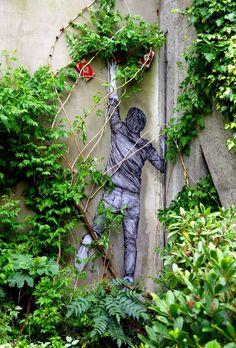 Le fruit défendu... / Street art. / Paris 11e, France. / / By Levalet.