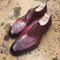 A primeira coisa que podemos afirmar sobre o sapato brogue é que ele não é exatamente um modelo e sim um estilo de calçado masculino ou mesmo um adorno incluído na peça. O oxford e o derby, por exe…