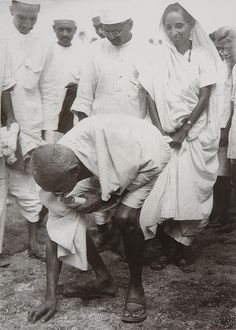 Mohandas Karamchand Gandhi was the leader of the Indian independence movement against British rule. Employing nonviolent civil disobedience, Gandhi led India to independence and inspired movements for civil rights and freedom across the world Life Of Mahatma Gandhi, Mahatma Gandhi Photos, Gandhi Quotes, Rare Pictures, Historical Pictures, Rare Photos, Special Pictures, Marie Curie, Jaisalmer