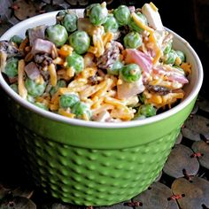 Use frozen peas, shredded Cheddar cheese, and cooked bacon to make a quick and tasty pea salad that is perfect for summertime eating. Pea Salad Recipes, Veggie Recipes, Great Recipes, Cooking Recipes, Favorite Recipes, Healthy Recipes, Summer Vegetable Recipes, Bacon Pea Salad, Pasta