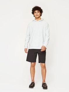 Minimalist men black shorts | Minimalist men white hoodie | Minimalist men style | Minimalist sportswear for men | Minimalist activewear for men | Capsule wardrobe | Black trainers | Slow fashion | Black sneakers | Less is more