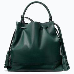 sac seau en cuir vert à pompons zara