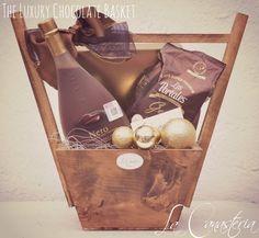 The Luxury Chocolate Basket es una canasta de regalo navideña que diseñamos para amantes del chocolate con un concepto clásico pero al mismo tiempo with a twist: incluye una clásica caja de chocola…