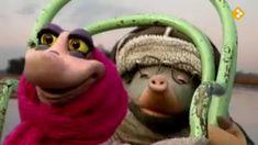 Thema: Winter. Moffel en Piertje hebben het koud gekregen van het schaatsen. Ze willen zich opwarmen bij de kachel, maar die wil niet branden. Zou er iets mis zijn met de schoorsteen? Als zelfs buurman Arie het niet weet, moeten ze maar met zoveel mogelijk kleren aan onder de wol!