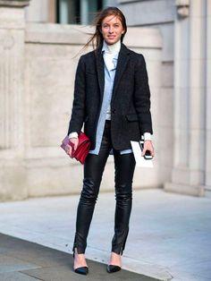 Gola alta por baixo de todos os itens do look em street style de inverno.