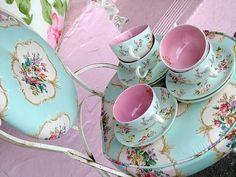 pastelblauwe koffiekopjes met roze binnenkant