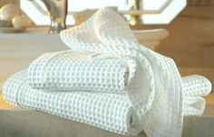 How to Whiten Your Kitchen Towels: This Trick is Worth Knowing! - World Health Info Cleaning Solutions, Cleaning Hacks, Reuse Recycle, Recycling, Clever Diy, Kitchen Towels, Tea Towels, Clean House, Housekeeping