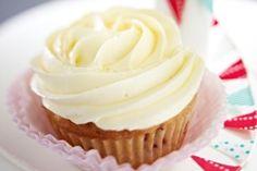 Das Rezept für Coconut Cupcakes mit Vanilla-Frosting  und weitere kostenlose Rezepte auf LECKER.de