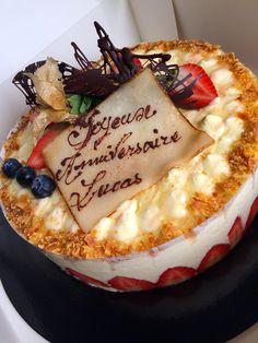 Fraisier (par LA TABLE D'UN JOUR) www.latabledunjour.com. Traiteur - pâtissier - organisateur d'évènements culinaires en Isère. Buffets, cocktails, repas, créations sucrées, propositions gourmandes et évènements culinaires. Restauration, gastronomie, cuisine, mets, entrées, plats, fromages, desserts, chef, pâtisserie. Crédits : LA TABLE D'UN JOUR®, Sandrine ALBEROLA Photos.