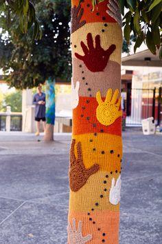 Yarnbomb by Queen Babs & friends. Knit Art, Crochet Art, Yarn Bombing, Textiles, Easy Knitting, Diy Wall Art, Tree Art, Textile Art, Creative Art