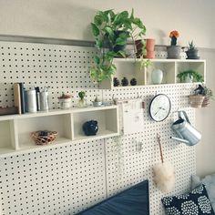 壁は有孔ボードを使った、ディスプレイと収納エリアに。引っ掛けて収納すれば場所を取らない! Double Vanity, Floating Shelves, Bedroom, Space, House Styles, Display, Interior, Home Decor, Decor Ideas