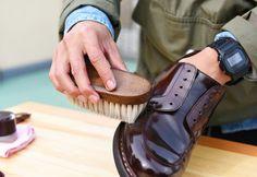 20年履き続けるための「正しい靴磨き方法」を、職人に聞きました。   TABI LABO Old Man Fashion, Military Fashion, Mens Fashion, American Casual, Spring Summer Fashion, Leather Shoes, Men's Shoes, Menswear, Sandals