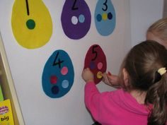 Easter Felt Activities: How many spots belong on the Easter Eggs?  Matching the number of dots to the number on the felt egg shape.