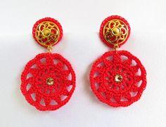 Brinco de crochê feito a mão com linha fina mercerizada, base em metal dourado, e aplicação de strass de cristal